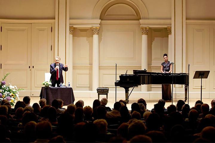 Андрей Дементьев на сцене Карнеги-холла Фото: Регина Шамилова