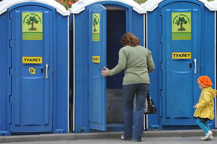 Всего в Москве 217 общественных уборных, еще 250 переносных биокабинок ставят на период массовых мероприятий и гуляний.
