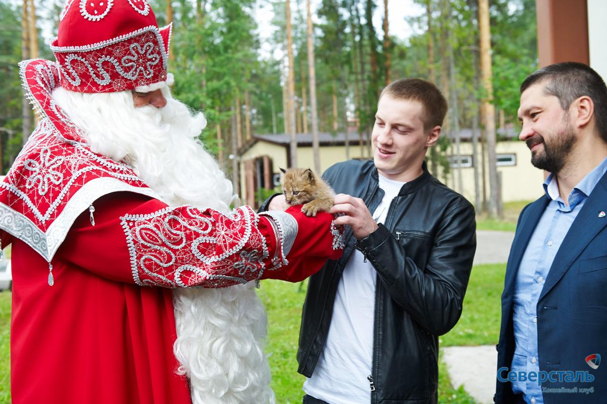 Дед Мороз передал талисман из рук в руки.