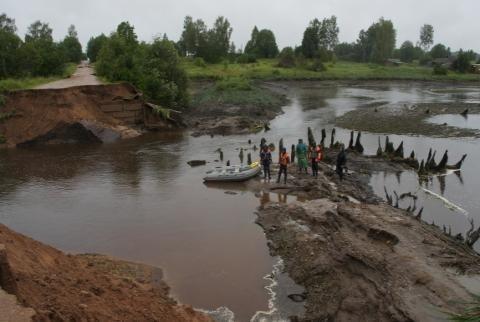 Смоленские cотрудники экстренных служб восстанавливают сообщение сотрезанными стихией поселениями