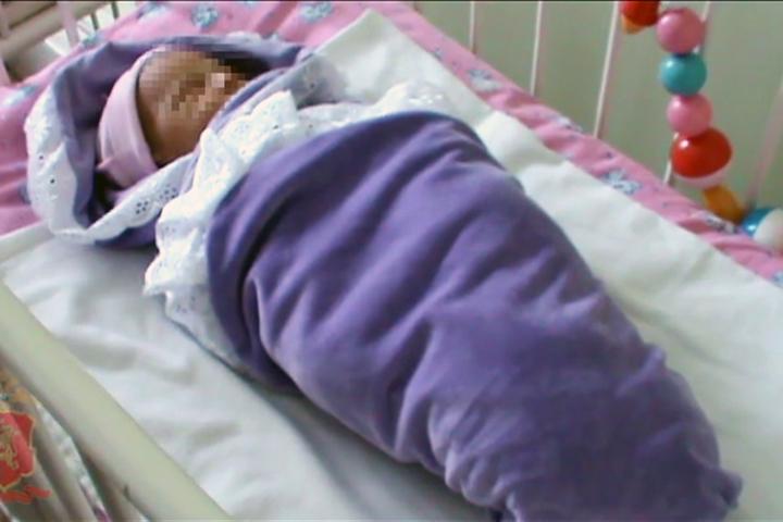 Мать, оставившую новорожденную малышку наулице, ищут вКрасноярске
