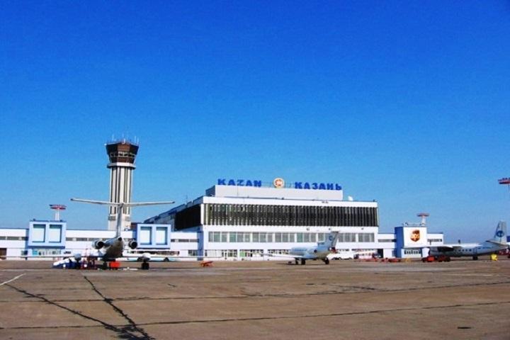 Госпитализированного вРКБ пассажира самолета из столицы обследуют мед. персонал