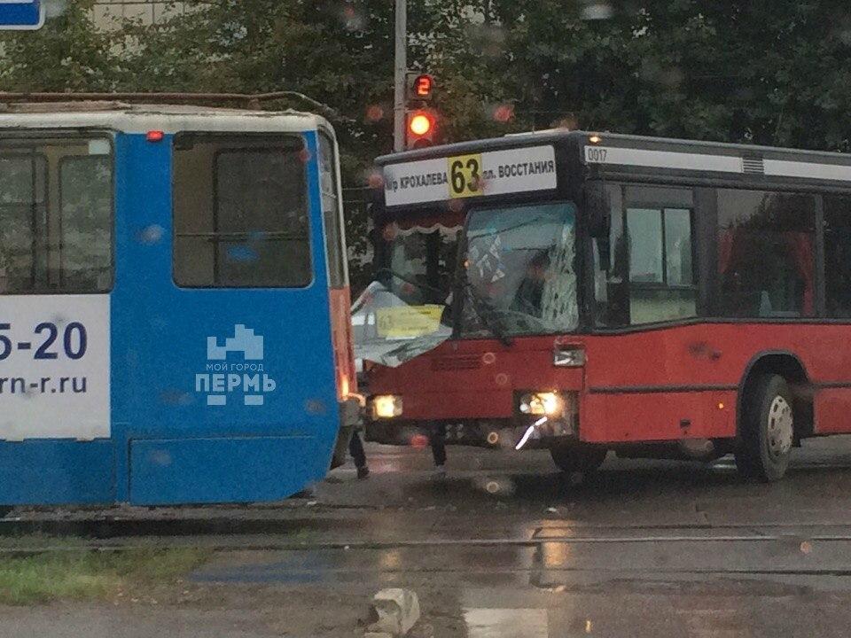 Утром вПерми столкнулись автобус итрамвай