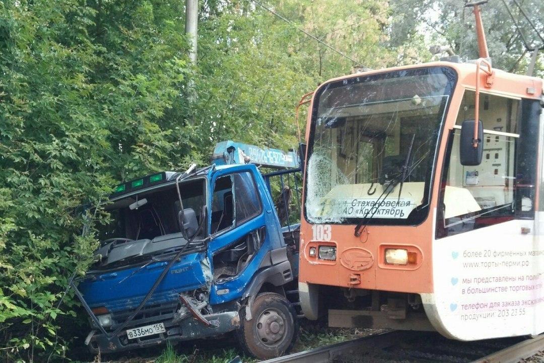 При столкновении трамвая и фургона вПерми пострадала женщина
