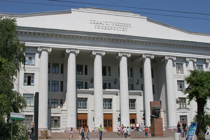 Около педуниверситета вВолгограде временно запретят стоянку ипарковку машин