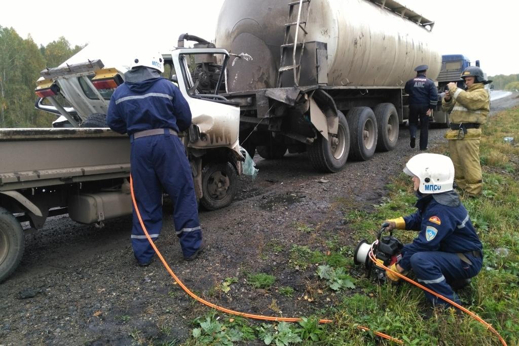 Шофёр грузового автомобиля умер встолкновении смуковозом натрассе Южного Урала