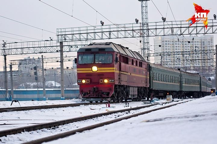 НаСвердловской железной дороге засутки под поезда попали двое мужчин