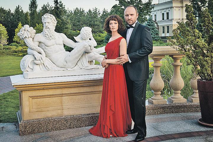 Актеры Александр Кобзарь и Анна Васильева позируют на фоне скульптур, мимо которых прогуливался бывший президент Украины. Фото: Первый канал