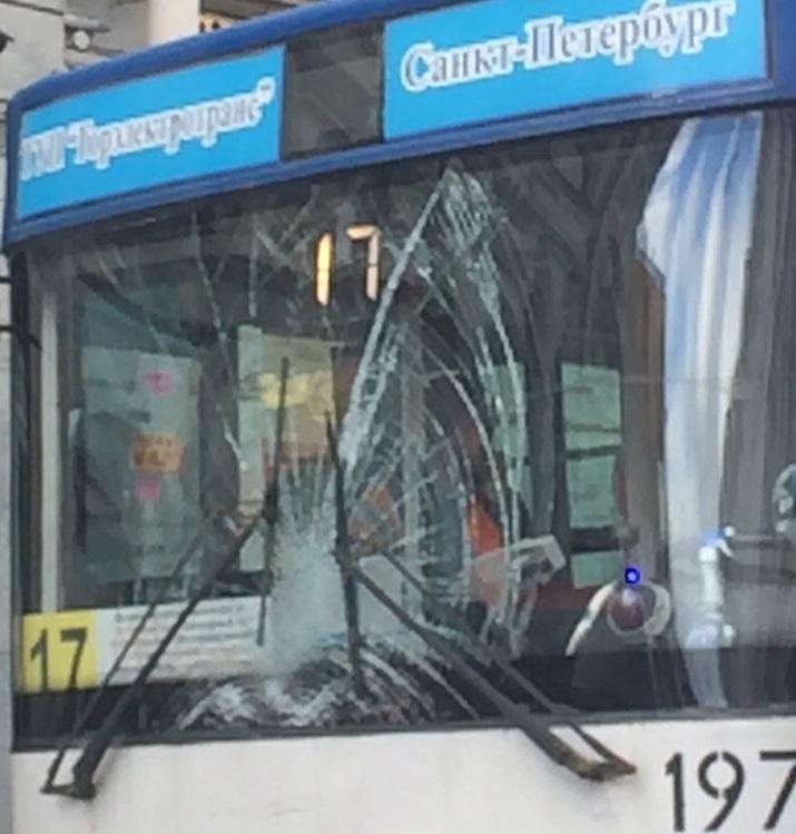 Троллейбус наехал налюдей вцентре Петербурга