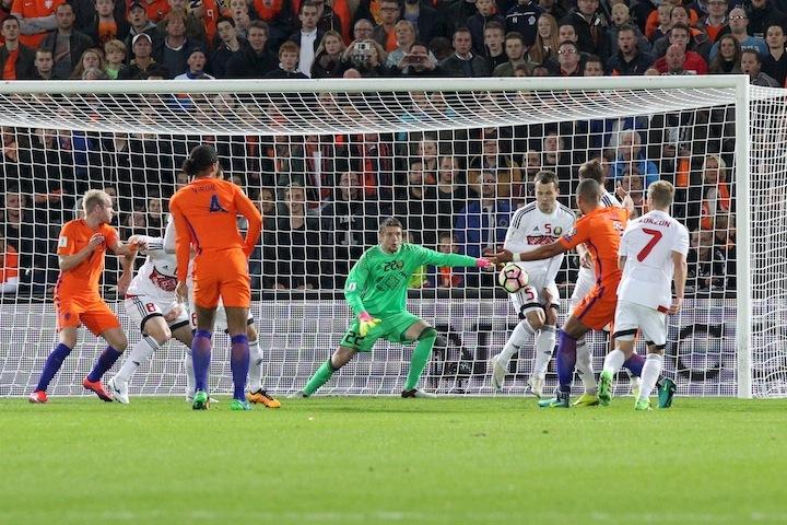 """После """"сухого"""" матч с Францией в Голландии Андрею Горбунову пришлось не раз доставать мяч из сетки ворот. Фото: abff.by"""