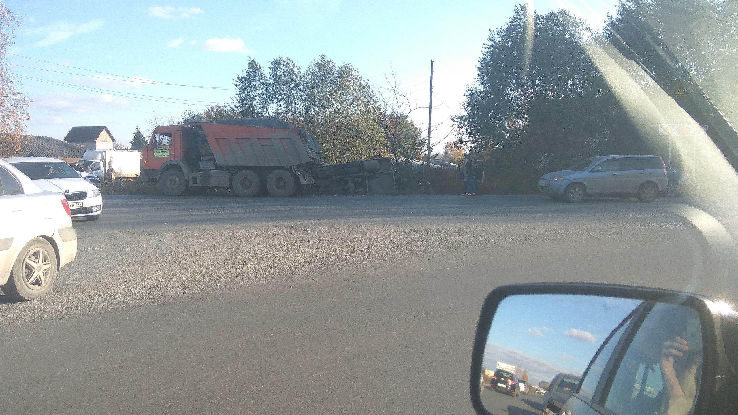 Под Екатеринбургом КАМАЗ вытолкнул автобус вкювет