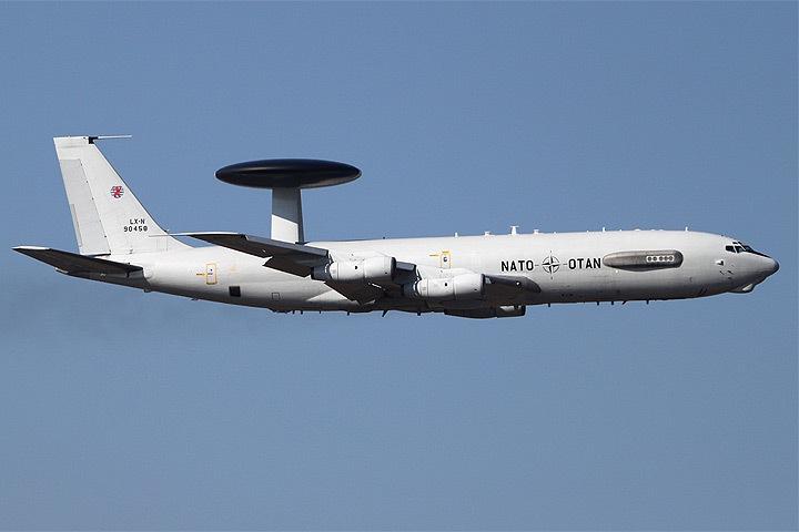 НАТО перебрасывает на литовскую базу в Шяуляй самолеты дальнего радиолокационного обнаружения Boeing E-3A AWACS. Фото: с сайта wikimedia.org