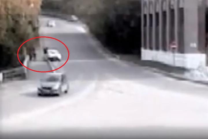 ВБашкирии под колеса 18-летнего водителя натротуаре попали две женщины