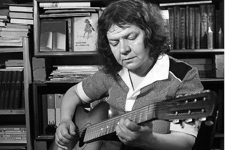 Поэтесса Новелла Матвеева в 1982. Фото Владимир Савостьянов /Фотохроника ТАСС/.