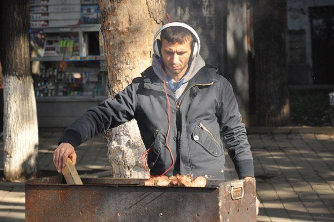 В праздник молдавская столица наполняется дымом: на каждом углу кто-то жарит шашлыки, митетеи, курицу...