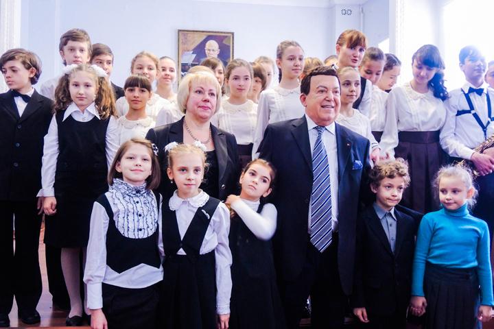 Фото на память: в последний раз в стенах музыкальной школы-интерната Иосиф Кобзон был больше двадцати лет назад. Фото: Ольга ГАЛЬСКАЯ, Никита МАКАРЕНКОВ