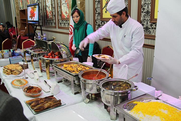 Гости фестиваля продегустировали национальные блюда и напитки.