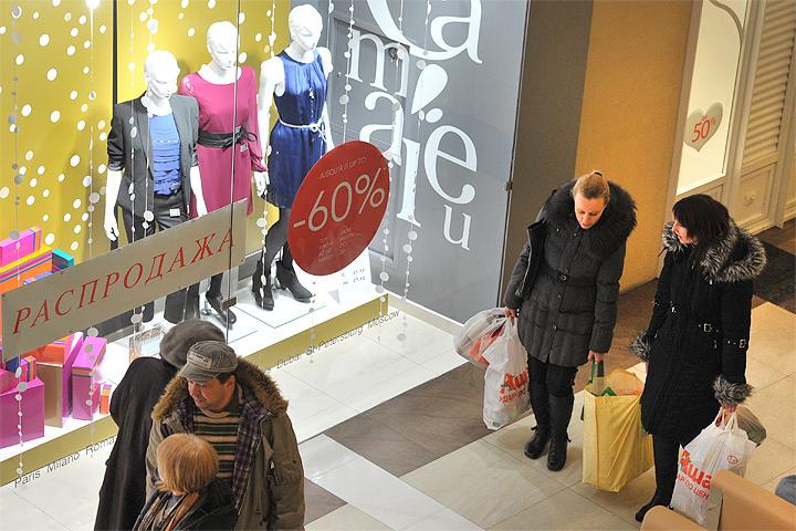 Открытие магазинов будет не в 10.00, как обычно, а в 11.00. А закрываться они будут на час раньше, то есть в 21.00.