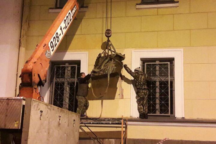 Доску снимали ночью под охраной полиции Фото: Российское военно-историческое общество