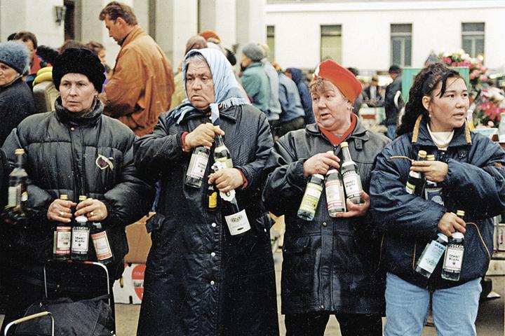 В начале 90-х паленкой открыто торговали на московских вокзалах (на фото). Сейчас шифруются в маленьких магазинчиках на окраинах. Фото: Станислав ШАКЛЕИН/РИА Новости