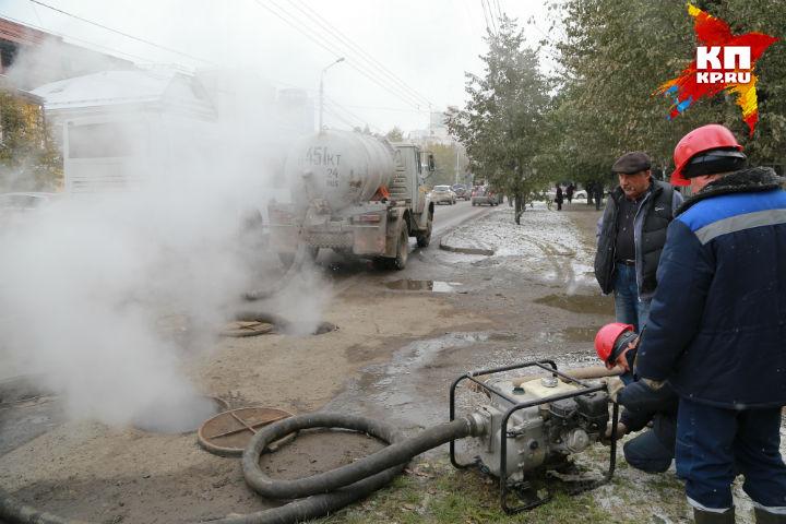 Вцентре Красноярска под проезжей частью прорвало теплотрассу
