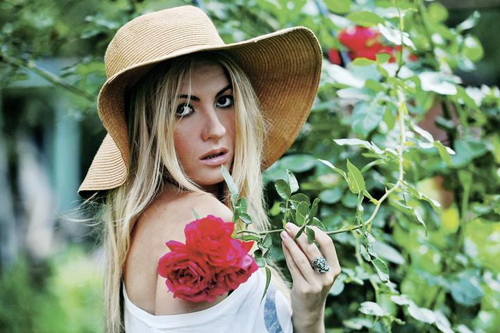 Чтобы летом радоваться ярким бутонам, нужно позаботиться о розах осенью.