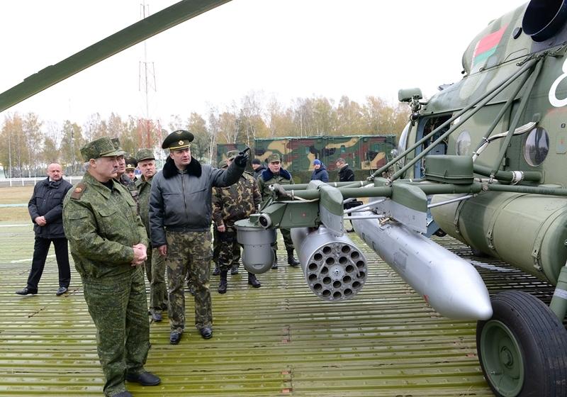Лукашенко показали поставленные из России вертолеты Ми-8М. Фото: пресс-служба президента.