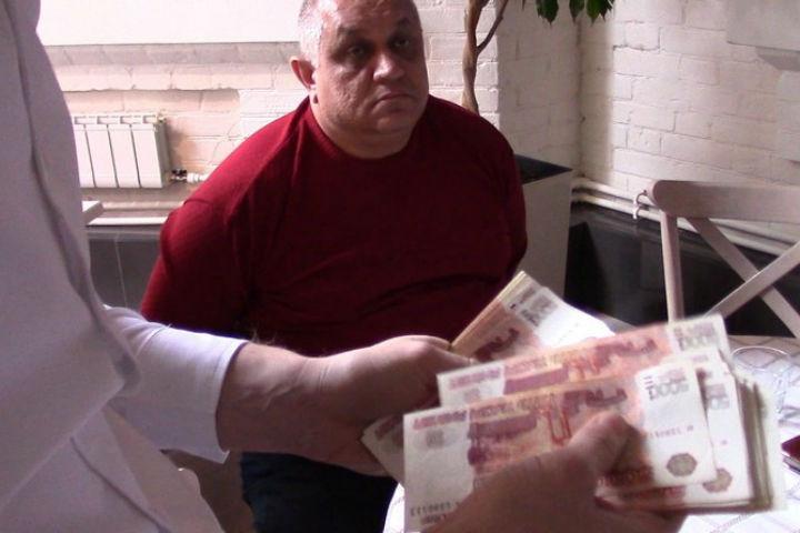 Всаратовском кафе заполумиллионную взятку сотруднику ФСБ задержали предпринимателя
