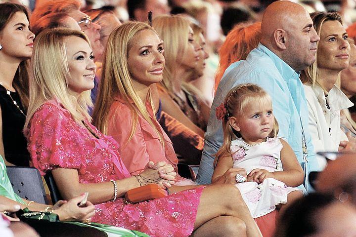 Этим летом знаменитая фигуристка впервые вышла с младшей дочерью Надей в свет, приехав на фестиваль «Новая волна».