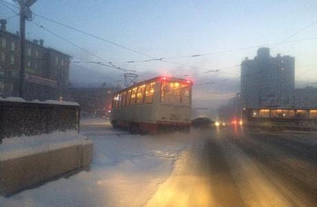 Трамвай сошел срельсов вцентре Челябинска