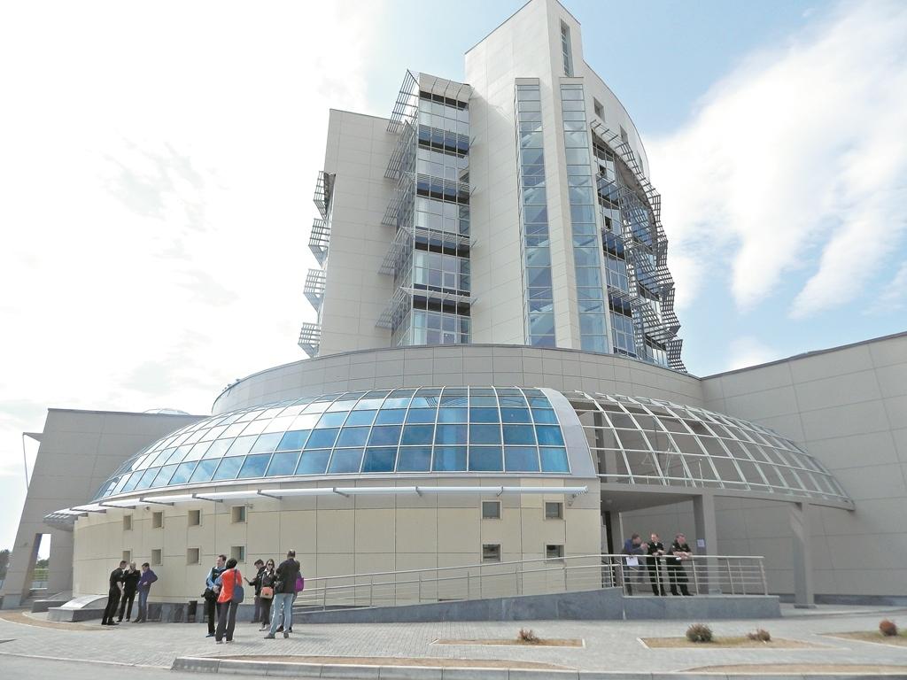 """То самое административное здание на космодроме, в народе - """"Шайба"""". Оно так и не закончено до сих пор."""