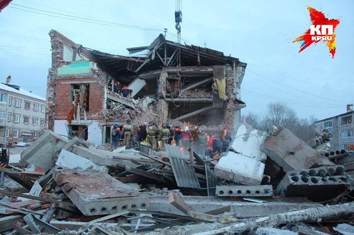Это всё, что осталось от 12 квартир дома в поселке Корфовский, жилец которого решил покончить жизнь самоубийством с помощью газа, а в итоге похоронил под завалами еще четверых человек, включая грудного ребенка.
