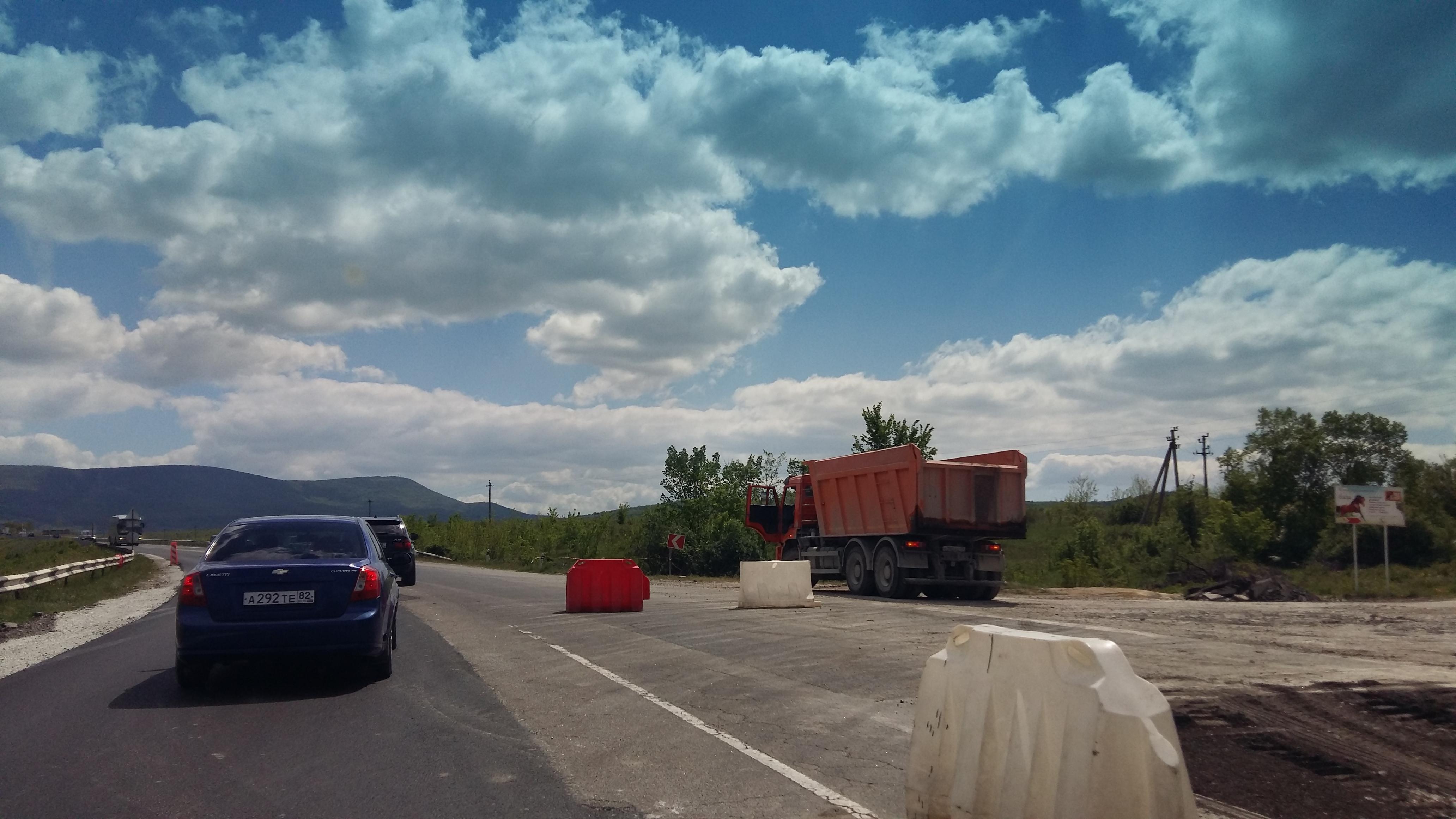 Керченскую трассу ремонтируют третий год подряд.