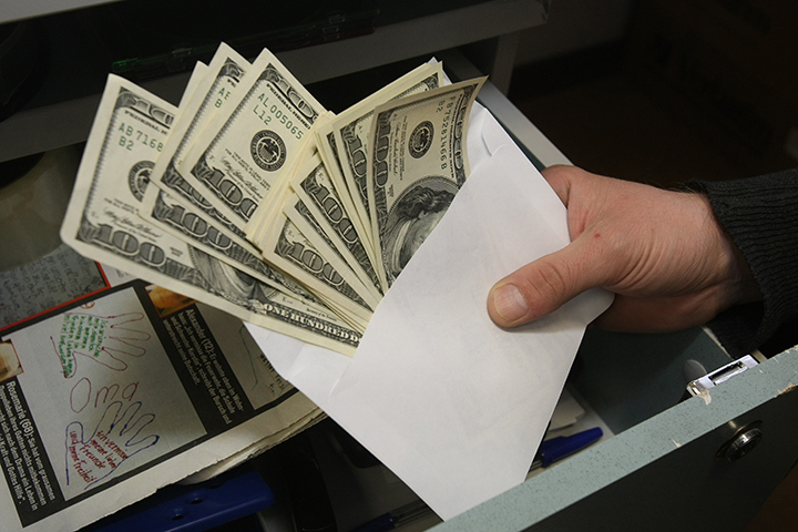 Зарплата в конвертах и черная бухгалтерия - реальность кыргызского бизнеса.