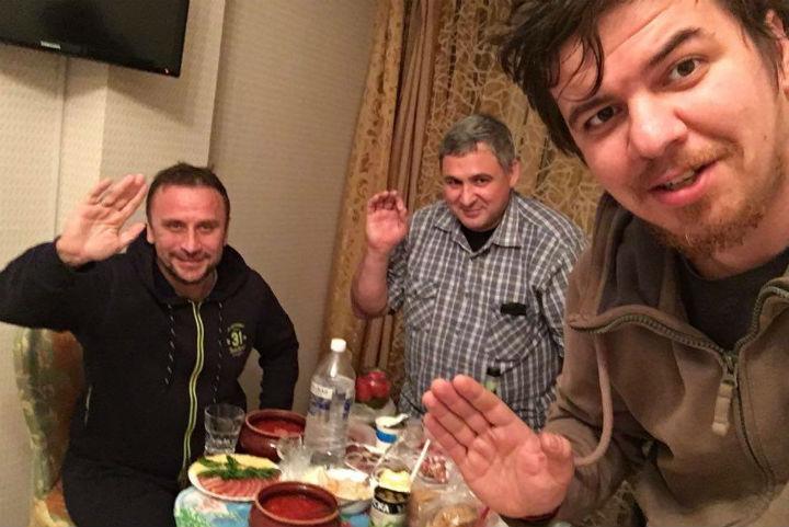 """Хлебосольные сибиряки встретили экспедицию """"Комсомольской правды"""" борщом."""