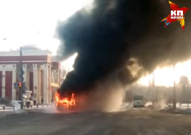 Автобус сгорел наперекрестке вКаменске-Уральском