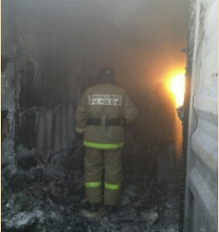 Спасатели уже назвали предварительную причину пожара в вагоне-бытовке. Фото: пресс-служба МЧС РФ по Тюменской области