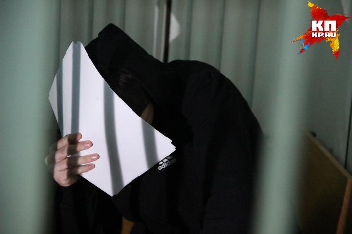 На вынесении приговора подросток убийца скрывал свое лицо.