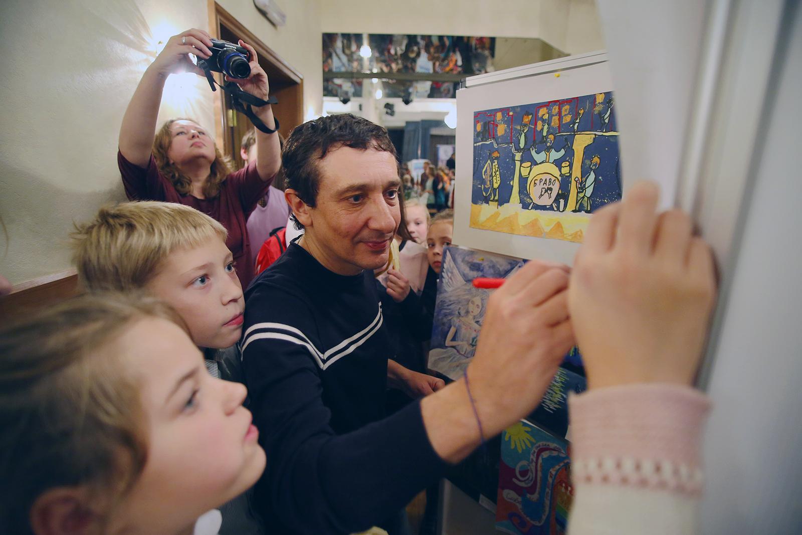 Евгений Хавтан оставил подпись почти на всех рисунках, а часть работ забрал на память.