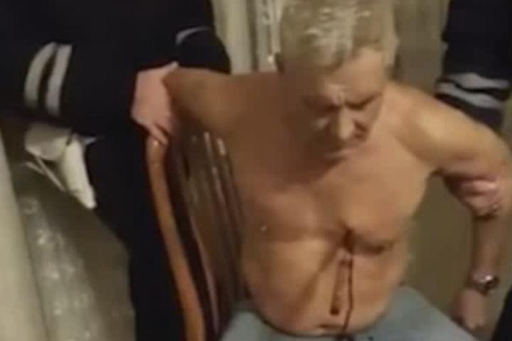 Полицейские держали пенсионера за руки, опасаясь, что он может закончить начатую над собой экзекуцию.