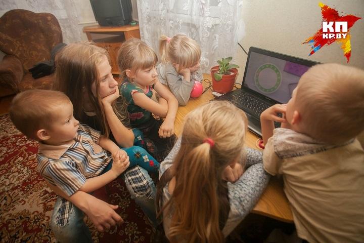 Шестеро детишек и их родители живут в съемном доме на окраине Слонима.