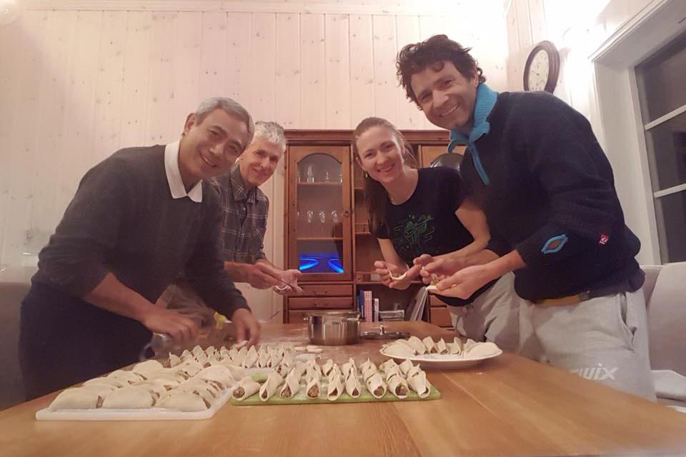 Дружная компания готовит цзяоцзы. Фото: соцсети