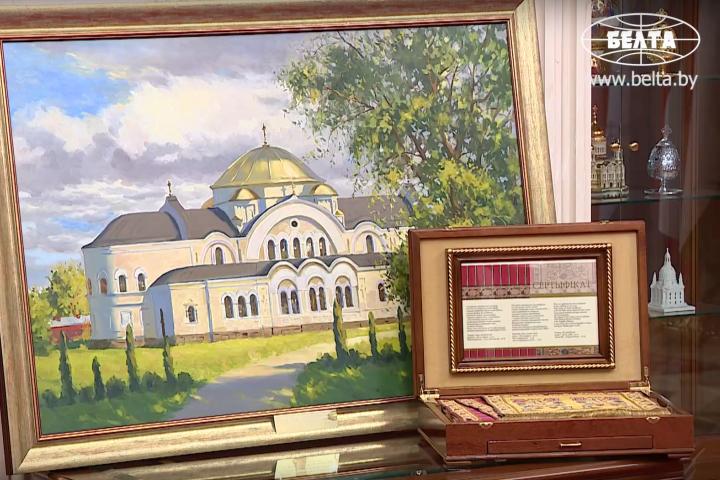 Президент вручил патриарху слуцкий пояс и картину. Фото: БелТА