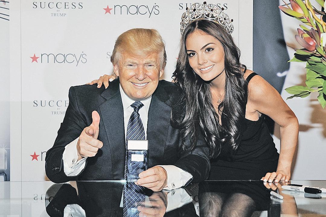Королевы красоты - лучший способ продать аромат: Дональд Трамп на презентации своих духов Success by Trump в Нью-Йорке, 2012 год. Фото: Slaven Vlasic/Getty Images