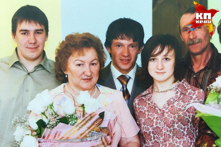 Любовь к лыжам Максиму Чудову (в центре) привила мама