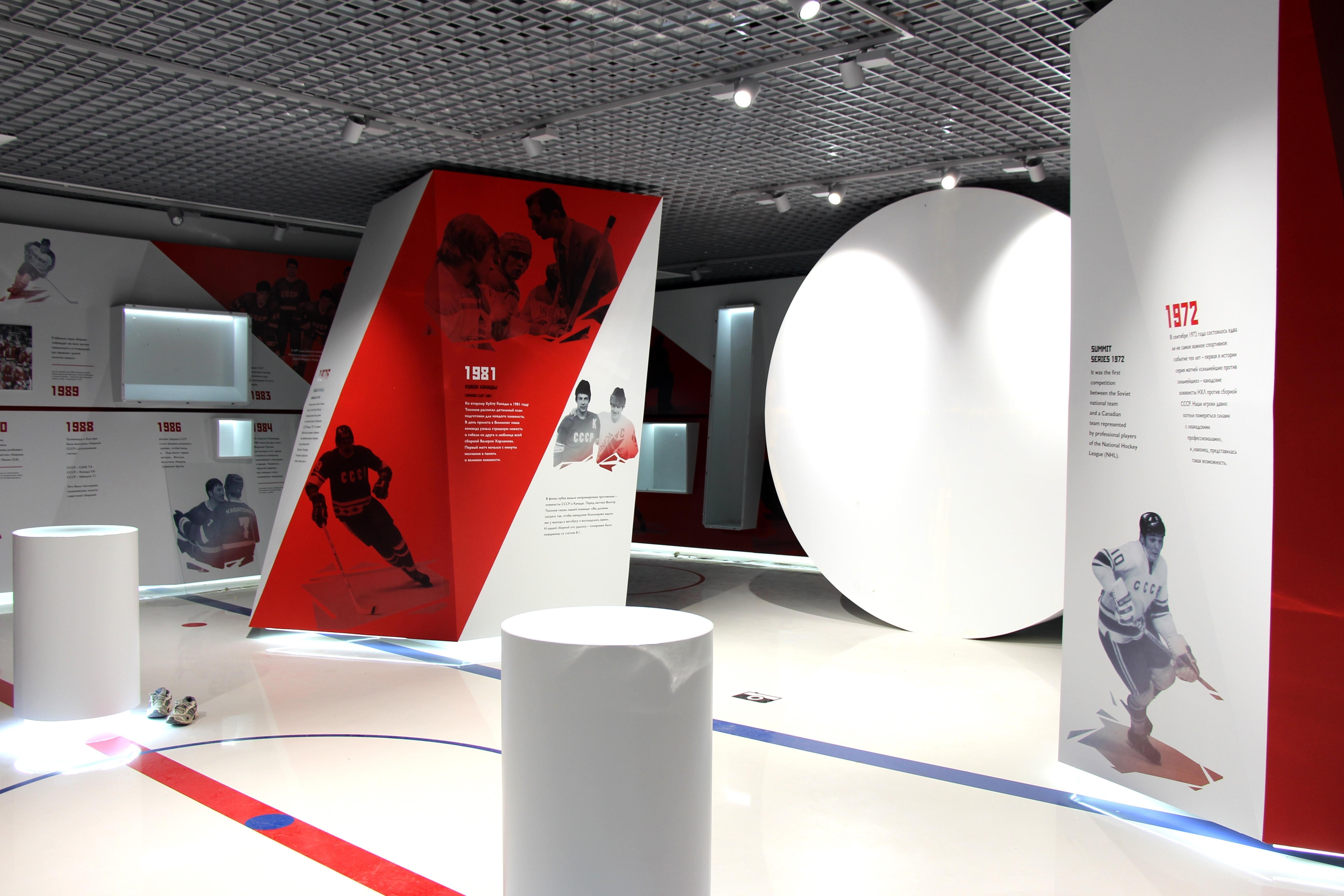Для оформления зала выбрали красные и белые цвета, внимание уже привлекает огромная шайба.