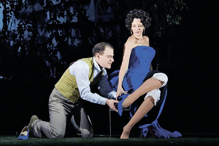 К ногам роковой красавицы в исполнении Евгении Крюковой готов припасть каждый мужчина (актер Сергей Зотов).