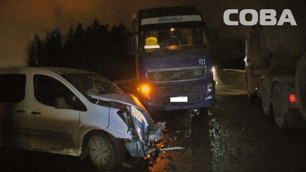 Под Екатеринбургом иностранная машина столкнулась с 2-мя грузовиками из-за лопнувшего колеса