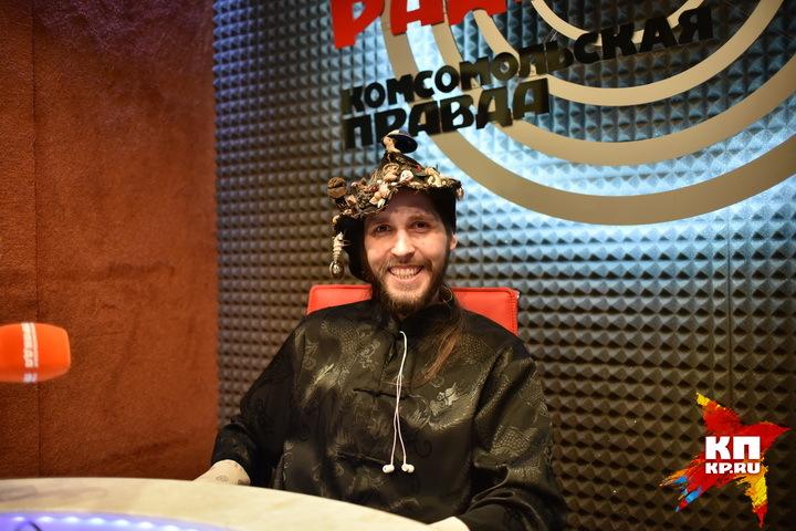 Константин пришел в радиостудию в той же шляпе, в какой приходил три года назад.