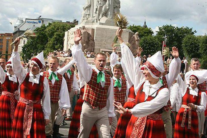 """Народ призывают """"подняться с колен"""" и вернуть себе Латвию. Фото: с сайта vesti.lv"""